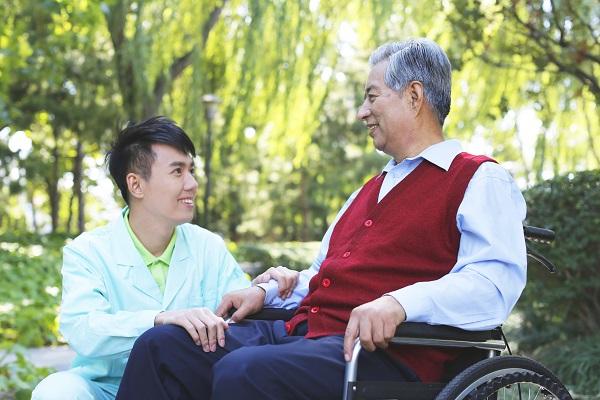 请家庭保姆照顾老人,需要注意哪些问题呢